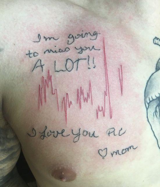 Парень растрогал сеть татуировкой (3 фото)