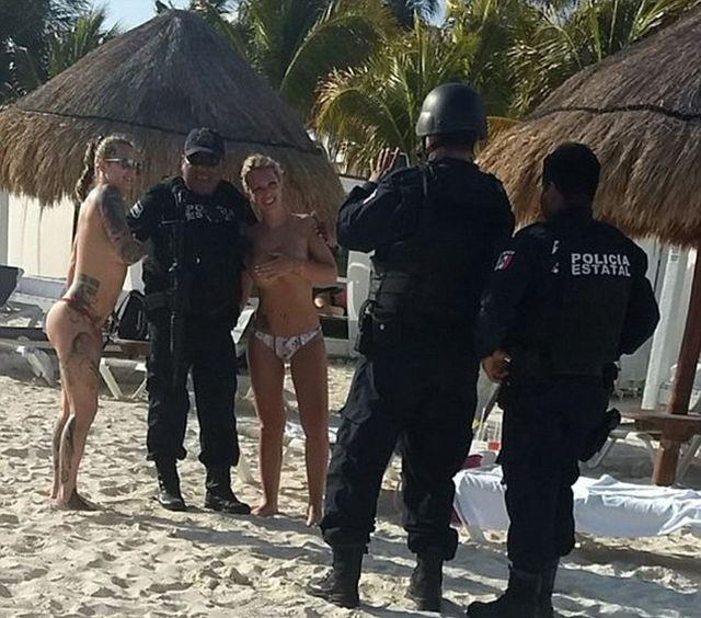 Мексиканские полицейские не устояли перед соблазном (3 фото)