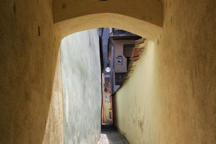 Ни проехать, ни пройти: самые узкие улицы мира (10 фото)