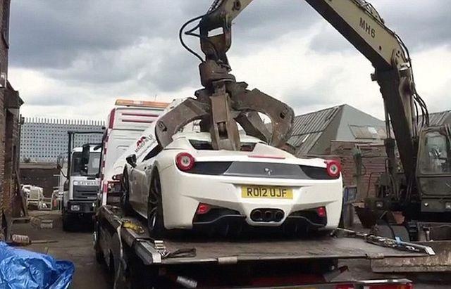 Британская полиция уничтожила конфискованный Ferrari (5 фото)