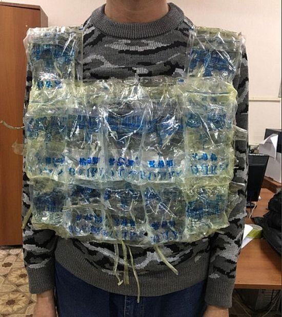 В Забайкалье мужчина пытался пересечь границу в жилете с водкой (3 фото)