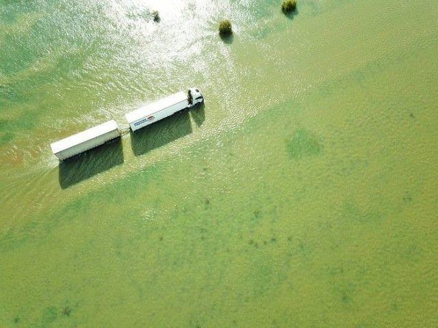 Подводная австралийская дорога, преодолеть под силу только грузовикам (10 фото)