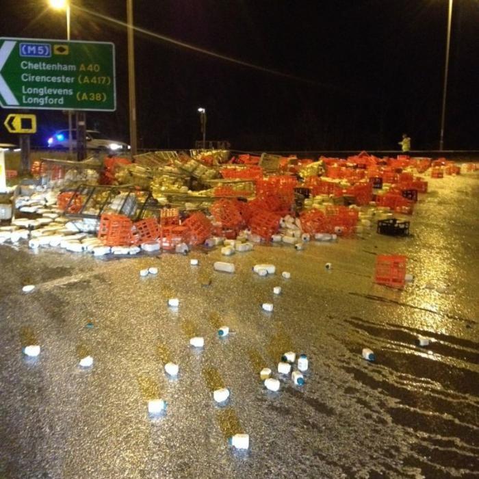 Из грузовика на дорогу выпали тысячи бутылок с молоком (3 фото)