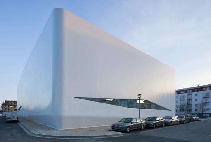 Здание спортивного комплекса во Франции (17 фото)