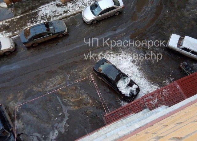 Водитель поплатился за парковку не в том месте (3 фото)
