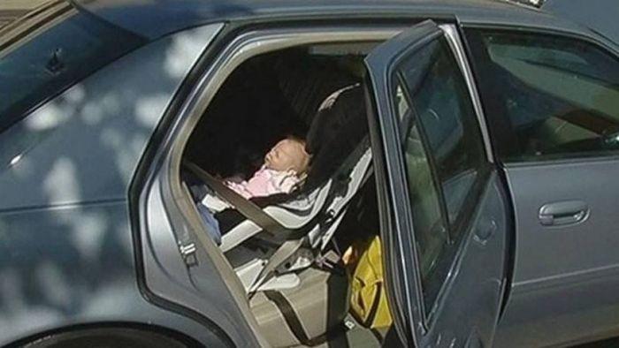 Игрушка на заднем сиденье стала причиной повреждения автомобиля (4 фото)