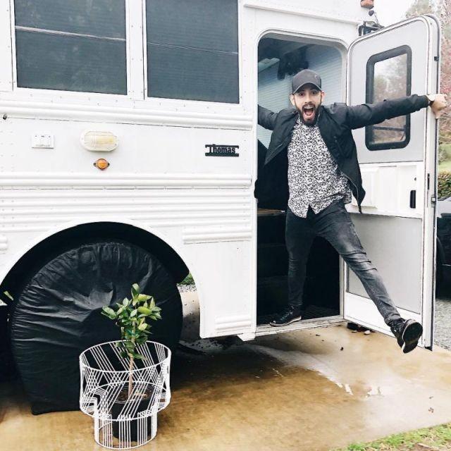 Превращение школьного автобуса в комфортабельный дом на колесах (21 фото)