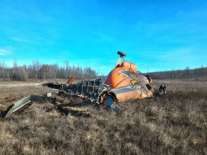 После крушение вертолета выжившие пассажиры поблагодарили пилота (10 фото)