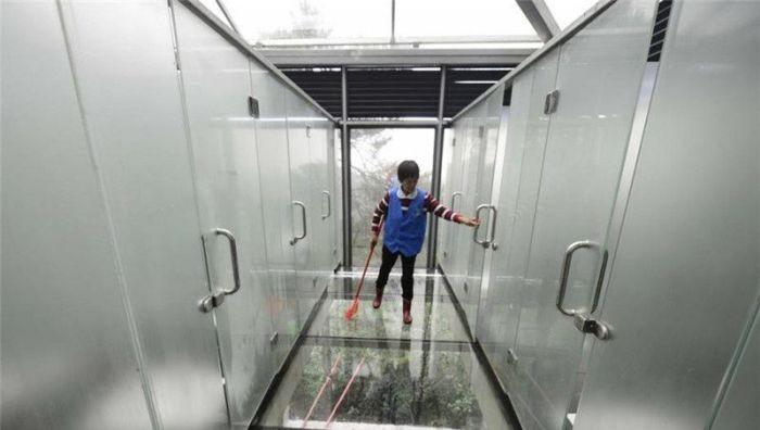 Стеклянные туалеты с прозрачными стенами в парке Китая (9 фото)