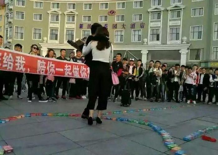 Признание в любви, каким его делают богатые китайцы (5 фото)