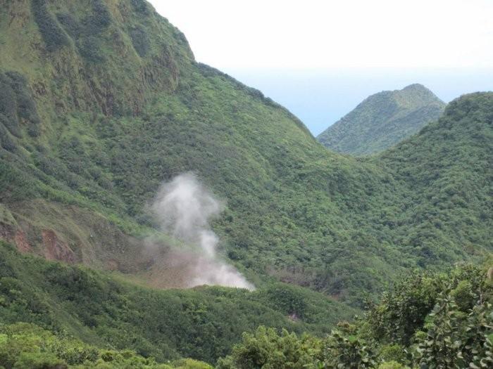 Кипящее озеро в Доминике (8 фото)