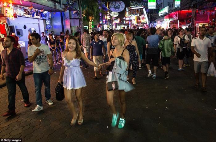 Любовь по расчету: квартал красных фонарей в Таиланде (16 фото)