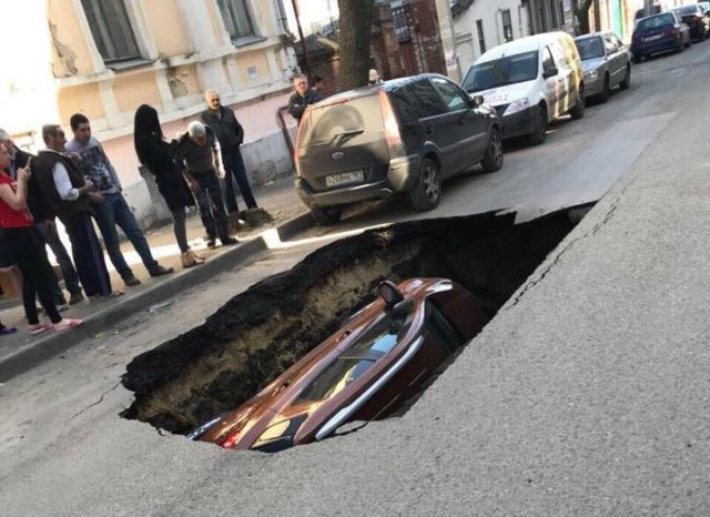 В Ростове-на-Дону автомобиль провалился под землю (3 фото)