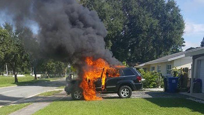 В США автомобиль загорелся из-за смартфона (3 фото)