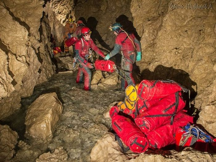 Снежная пещера - одна из самых глубоких в мире (13 фото)