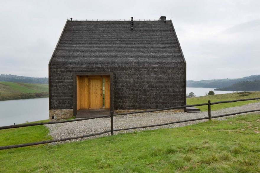 Горная хижина на берегу озера в Польше (22 фото)
