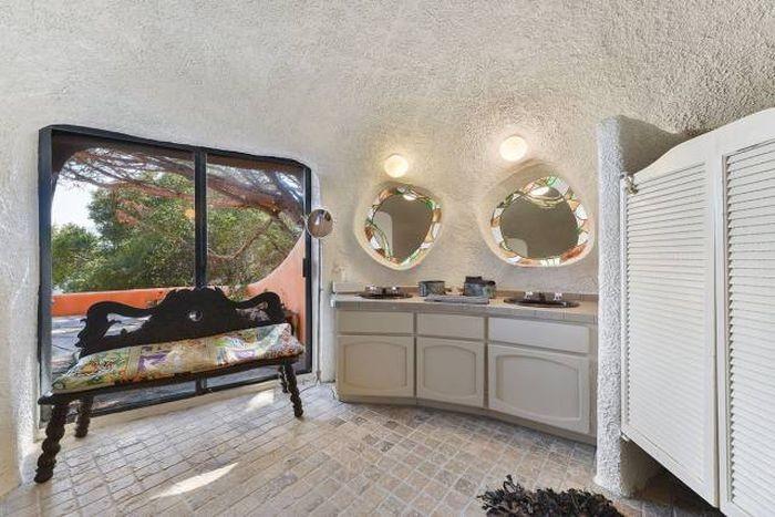 Странный особняк выставлен на продажу (21 фото)
