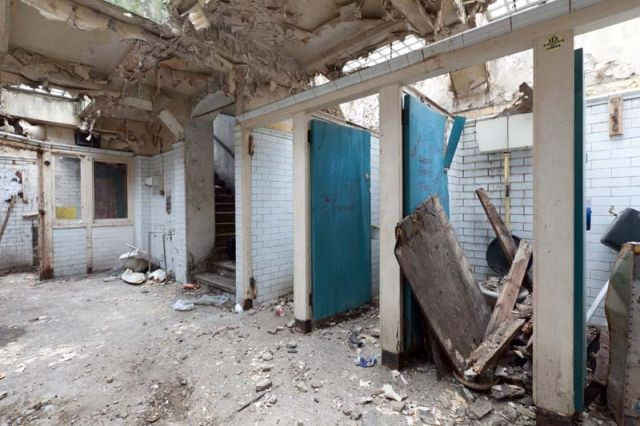 Общественный туалет превратили в современную квартиру (14 фото)