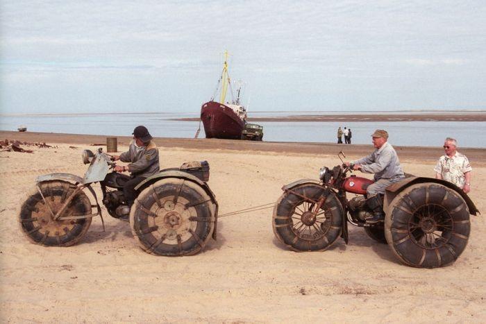 Село на берегу моря утопает в песке (27 фото)
