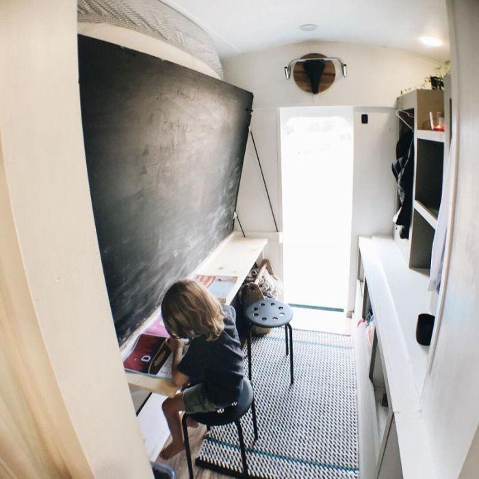 Школьный автобус превратили в комфортный дом на колесах (23 фото)