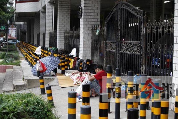 Защита территории от бездомных в Китае (4 фото)