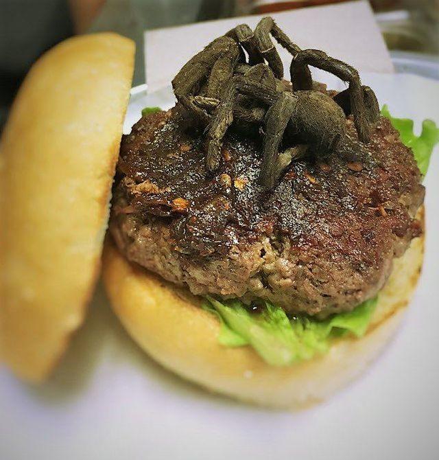 Ресторан предлагает посетителям бургег с тарантулом (3 фото)