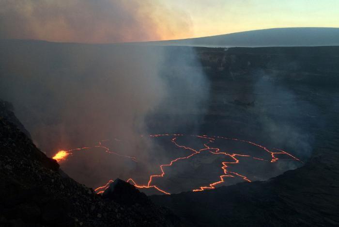 Потоки лавы из вулкана Килауэа на Гавайях (19 фото)