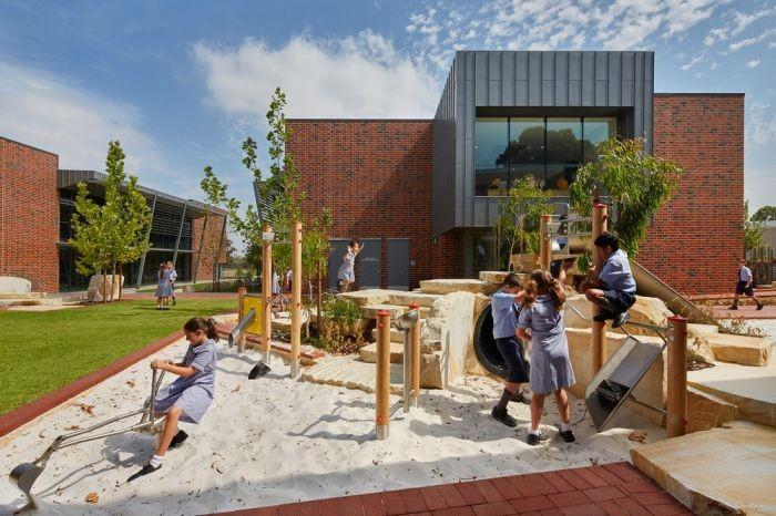 Начальная школа существует в полной гармонии с природой (16 фото)