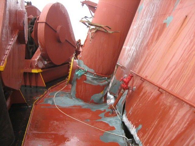 Последствия сильного шторма для контейнеровоза (11 фото)