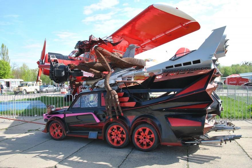 Жутковатый шестиколесный автомобиль-монстр (7 фото)