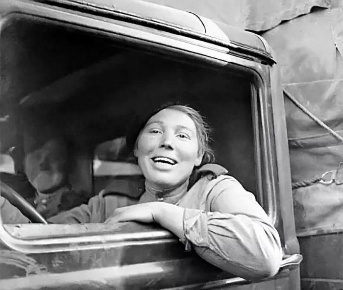 Очаровательные улыбки женщин-военнослужащих Красной армии (38 фото)