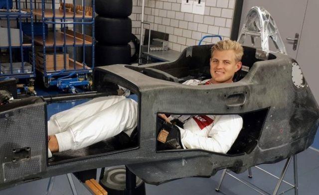 Как выглядит кокпит болида Формулы-1 (2 фото)