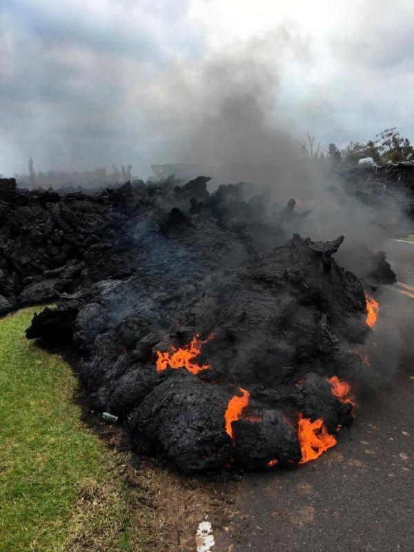 На Гавайях извергающийся вулкан Килауэа уничтожает все вокруг (7 фото)