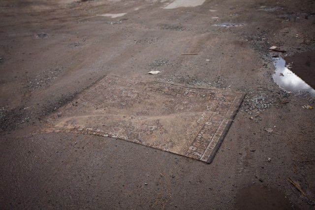 В Петрозаводске дорожные ямы спрятали под коврами (4 фото)