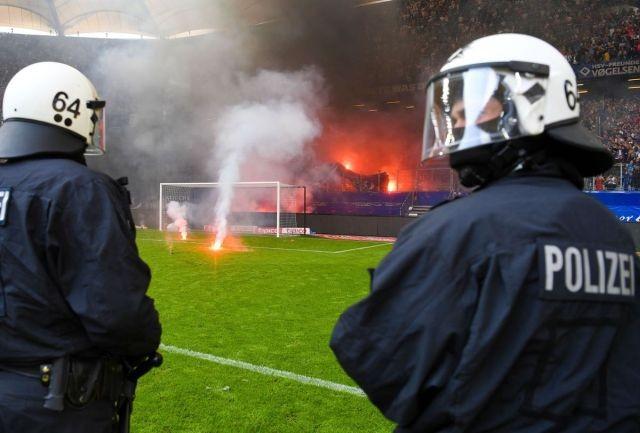 Фанаты ФК «Гамбург» устроили беспорядки после вылета (11 фото)