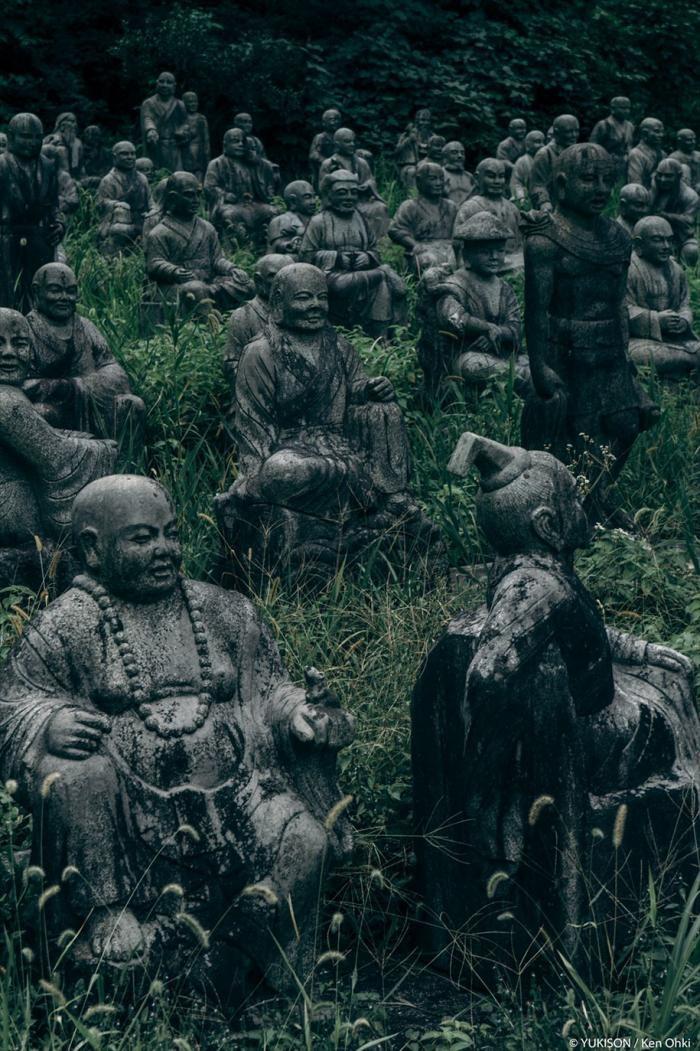 Жутковатая японская деревня, где живут одни статуи (14 фото)