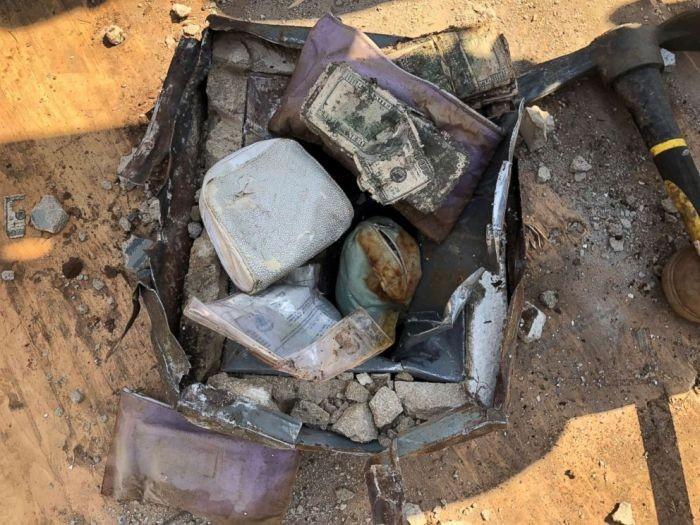 Американец откопал во дворе сейф с деньгами и драгоценностями (3 фото)