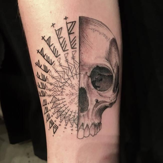Популярный тату-мастер сам выбирает содержание татуировок (11 фото)
