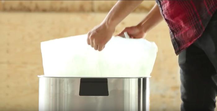Зачем делать дырки в контейнер для мусора (7 фото)