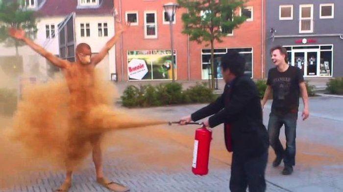 В Дании закоренелых холостяков обсыпают корицей (6 фото)