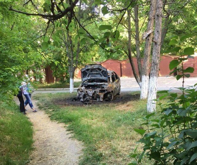 В Симферополе поджигают неправильно припаркованные автомобили (4 фото)