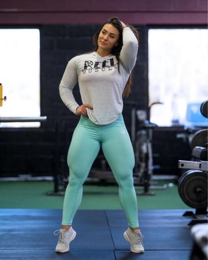 24-летняя симпатяшка Бриджита жмет от груди 115 кг (13 фото)