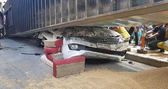 Водитель чудом выжил в страшной аварии (5 фото)