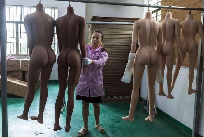 Экскурсия по заводу, где производят секс-роботов (20 фото)