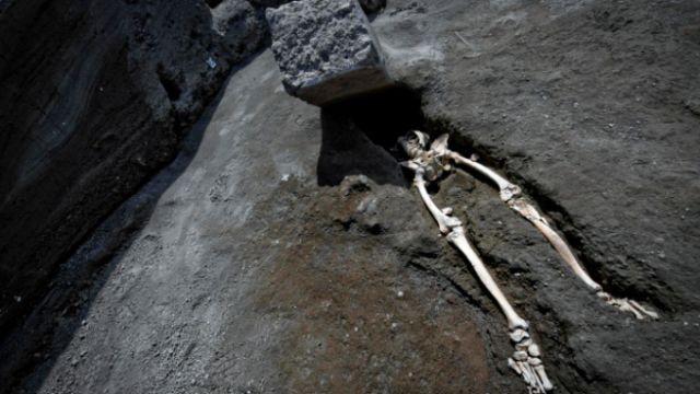 Нашли останки мужчины, пережившего извержение вулкана (4 фото)