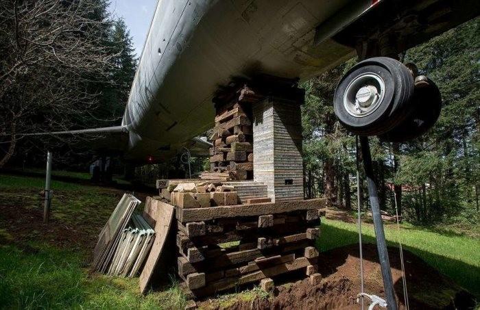 Американец 15 лет живет в самолете посреди леса (7 фото)