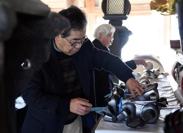 Как хоронят домашних роботов в Японии (3 фото)