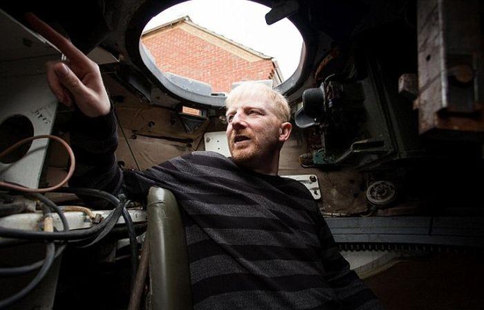 Джеф Вулмер купил танк CVRT «Скорпион» на интернет-аукционе (6 фото)