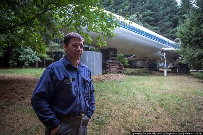 Отшельник живет в списанном самолете Boeing 727 посреди леса (28 фото)