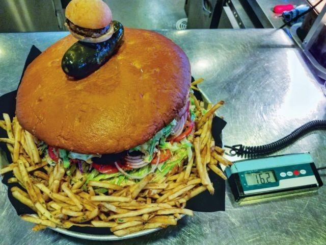 Съев этот бургер, вы заработаете 500 долларов (3 фото)